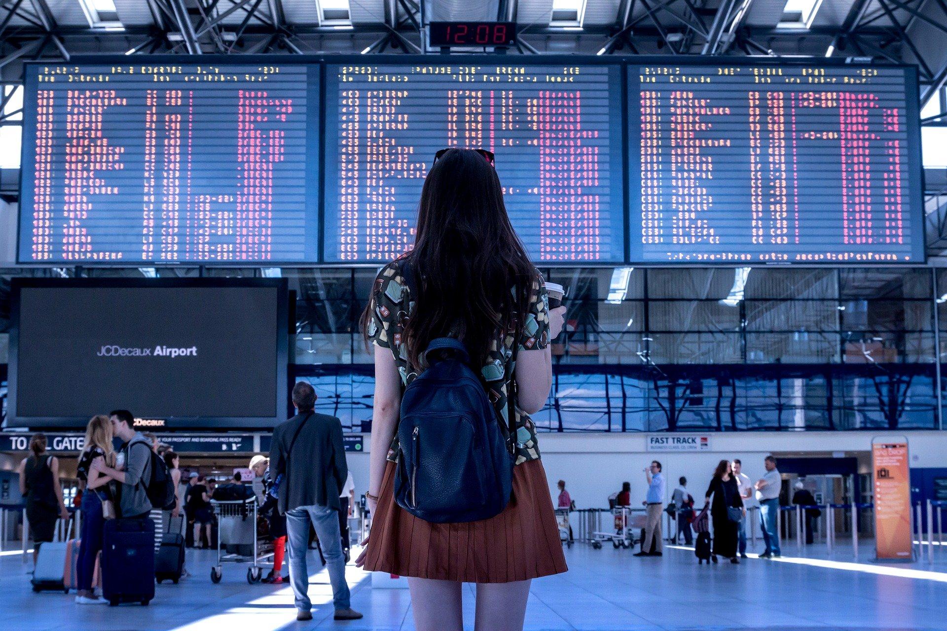 Une femme attendant son vol