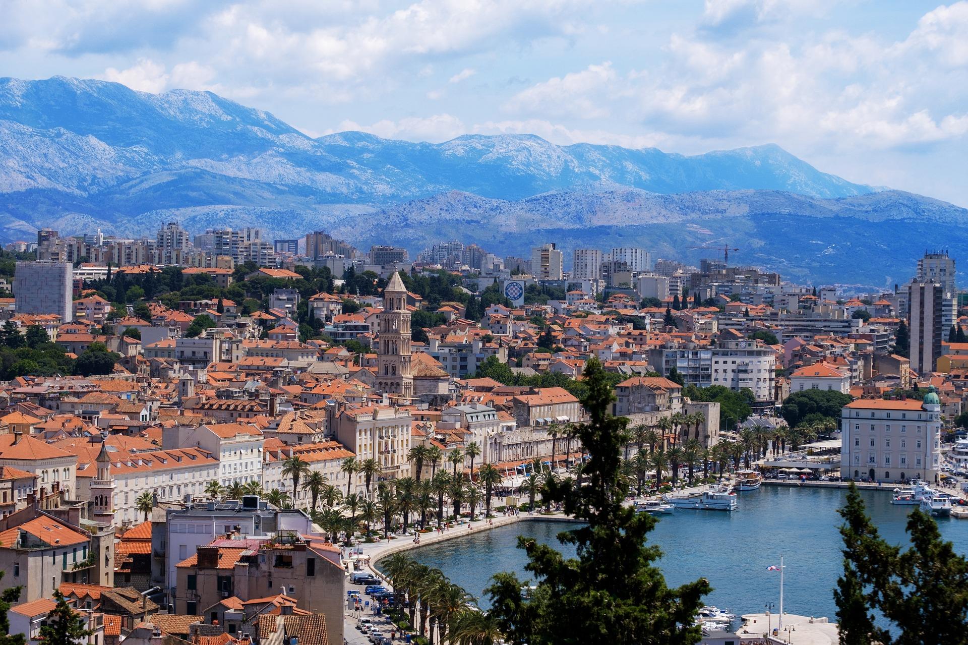 Vue sur la ville de Split avec les montagnes en arrière plan